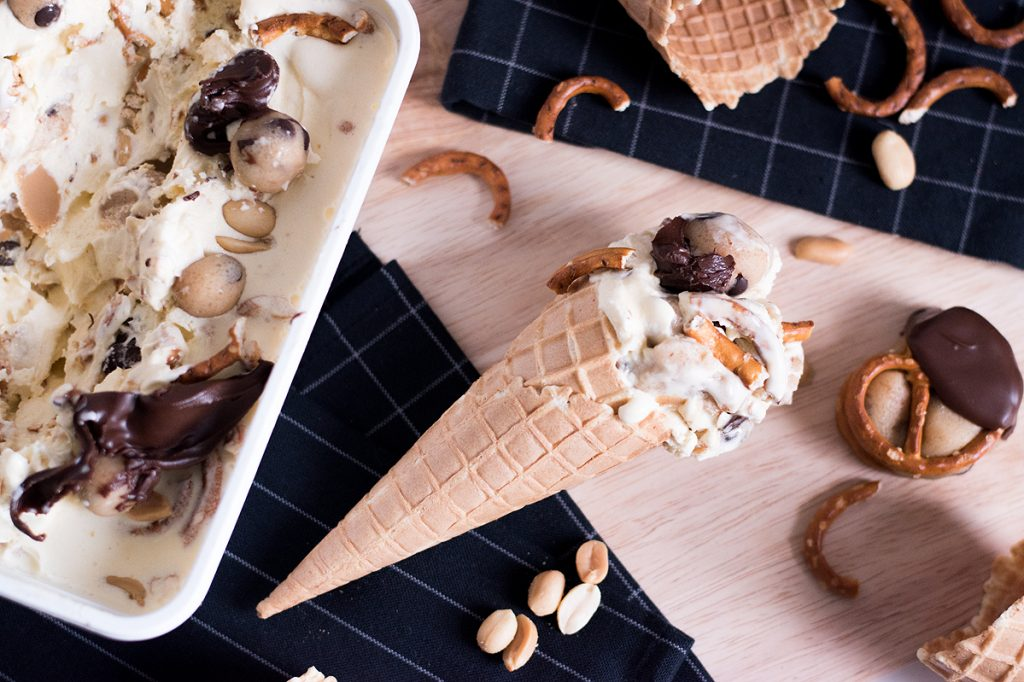 Salziges Vanille Eis mit Peanut Cookie Dough