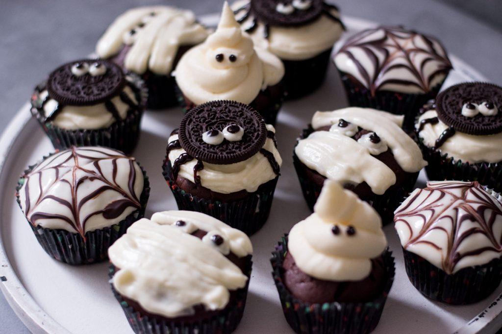 Einfache Halloween-Schokomuffins // 1 Grundrezept - 4 Ideen