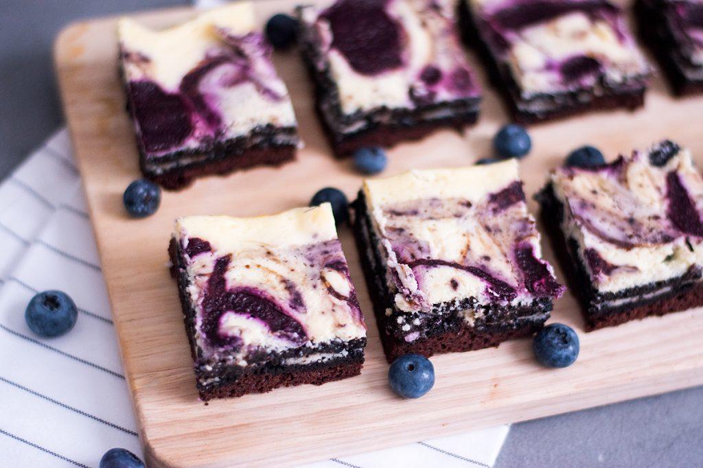 [Rezept] Saftige Oreo-Cheesecake Brownies mit Heidelbeeren